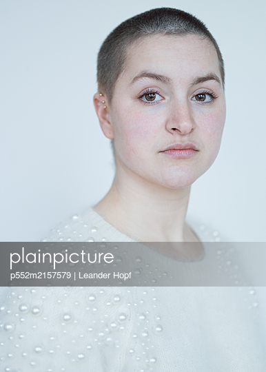 Young woman in white sweater, portrait - p552m2157579 by Leander Hopf