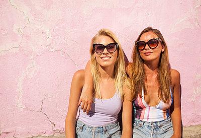 Freundinnen mit Sonnenbrille - p045m1223606 von Jasmin Sander
