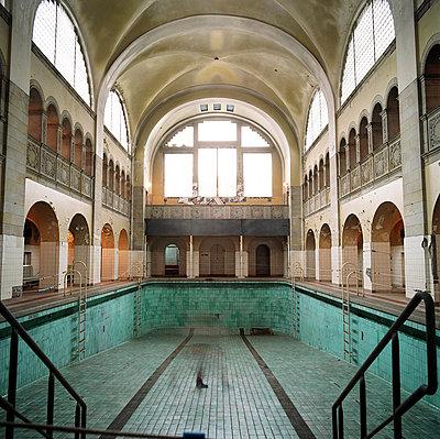 Indoor swimming pool - p1205m1021013 by Pablo Castagnola