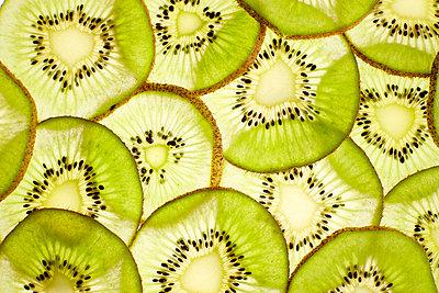 Slices of kiwi, close-up - p300m2070292 by Kai Schwabe