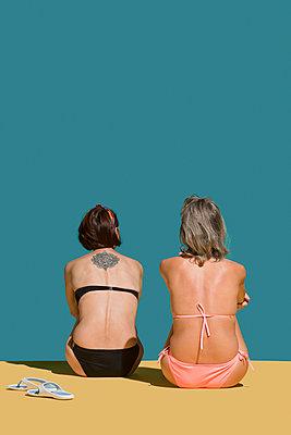 Women in bikinis sunbathing on green background - p301m2039692 by Vladimir Godnik