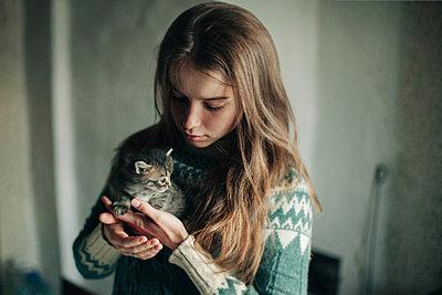 Caucasian woman holding kitten - p555m1481905 by Vladimir Serov