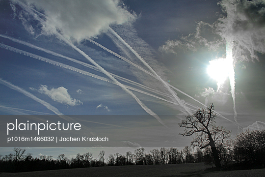 Kondensstreifen am Himmel - p1016m1466032 von Jochen Knobloch