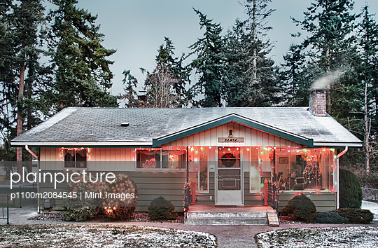 Snowy house with Christmas lights,Edmonds, Washington, USA - p1100m2084545 by Mint Images