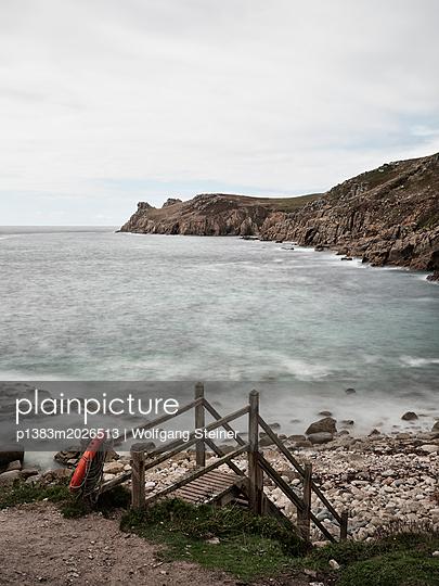 Treppe zum Meer mit Rettungsring - p1383m2026513 von Wolfgang Steiner