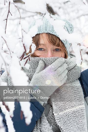 Wraped up warmly   - p454m2071815 by Lubitz + Dorner