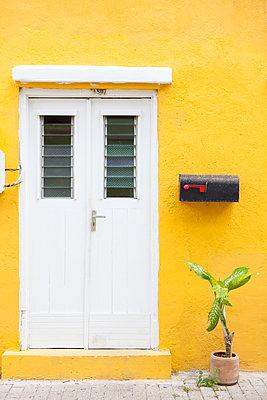 Tür in gelbem Haus - p045m1559179 von Jasmin Sander