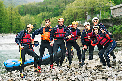 Group of playful friends at a rafting class posing at boat - p300m2114187 by Francesco Buttitta