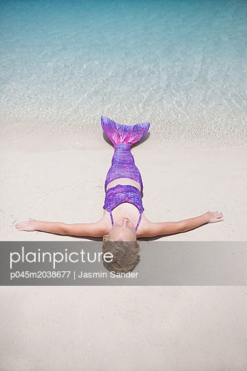 Meerjungfrau sonnt sich am Strand - p045m2038677 von Jasmin Sander