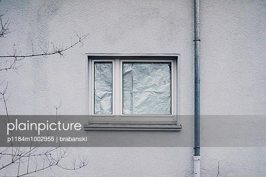 Bevorzugt plainpicture - plainpicture p1184m1002955 - Fenster verkleidet mit TB51