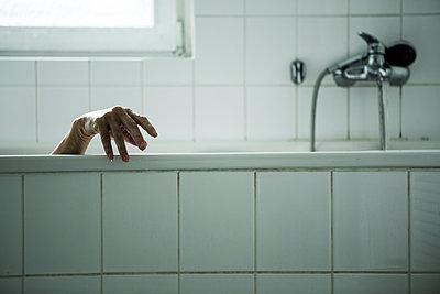 Hand am Badewannenrand - p1221m1168613 von Frank Lothar Lange