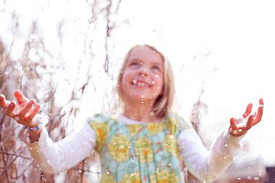 Kind im Pollenflug - p1308m1143926 von felice douglas