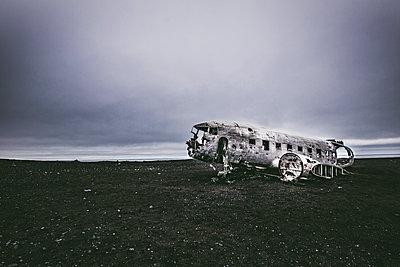 Flugzeugwrack auf schwarzem Sand - p1512m2037961 von Katrin Frohns