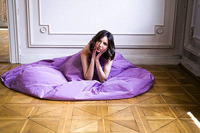 Junge Frau in einem Ballkleid - p1609m2185405 von Katrin Wolfmeier