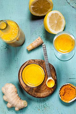 Detox drink, ginger, lemon and orange juice with curcuma and chilli powder - p300m1535423 by Susan Brooks-Dammann