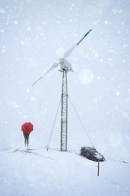 Windrad mit Schneefall - p470m1090554 von Ingrid Michel