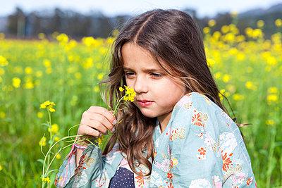Smelling - p756m1042766 by Bénédicte Lassalle