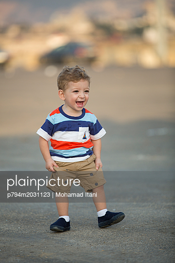Glücklicher kleiner Junge - p794m2031123 von Mohamad Itani