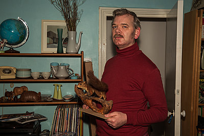 Man holding taxidermied squirrel  - p1291m2172077 by Marcus Bastel