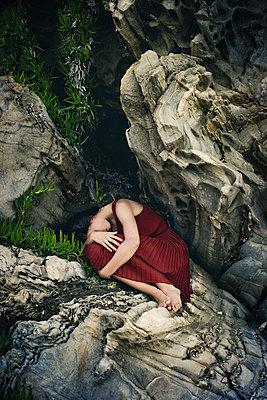 Junges Mädchen an einer Felsküste - p1432m2134685 von Svetlana Bekyarova