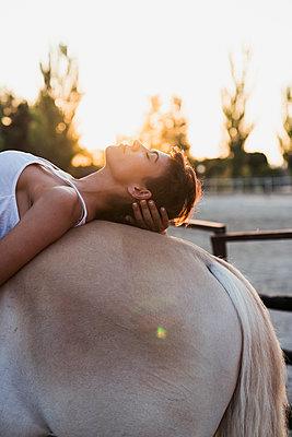 Woman relaxing on horseback - p300m2042135 by Kike Arnaiz