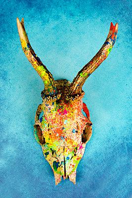 Trophäe mit bunten Farbklecksen - p451m2100215 von Anja Weber-Decker
