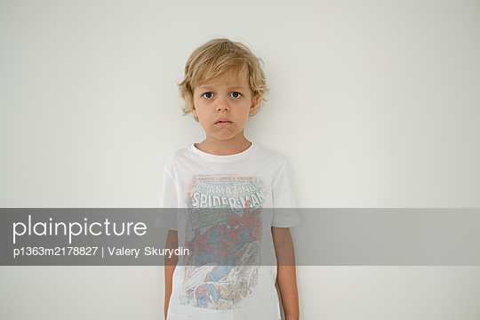 Portrait of blonde boy, Stay at home due to Covid-19 - p1363m2178827 by Valery Skurydin