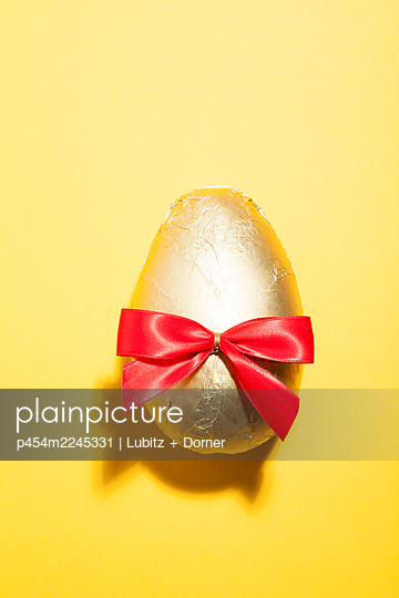 Brilliant egg - p454m2245331 by Lubitz + Dorner