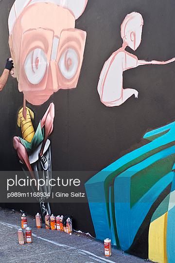 Graffiti - p989m1168934 von Gine Seitz