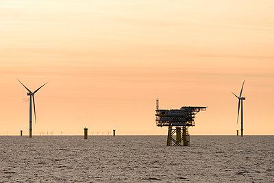 Morgenstimmung im Offshore Windpark Godewind mit Umspannstation - p1079m1092227 von Ulrich Mertens
