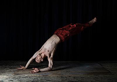 Ballet dancer - p1139m2211130 by Julien Benhamou