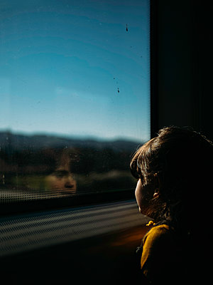 Little girl looks out of train window - p1522m2160943 by Almag