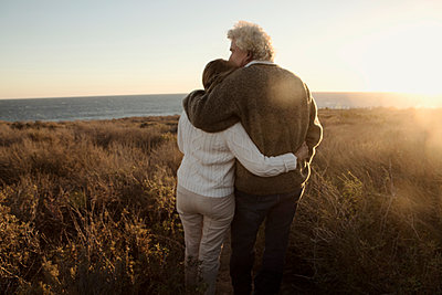 Older Caucasian couple looking at ocean view - p555m1304726 by Kyle Monk