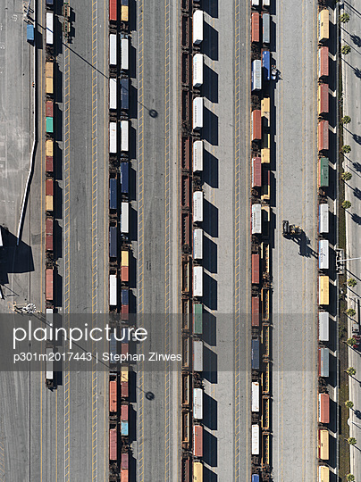 Aerial view trains in sunny shunting yard, Los Angeles, California, USA - p301m2017443 by Stephan Zirwes
