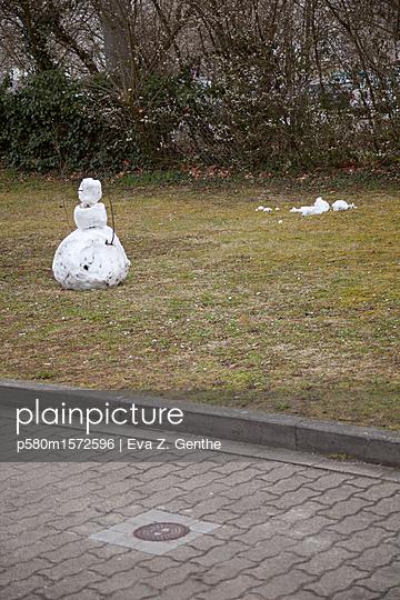 Schneemann ohne Schnee - p580m1572596 von Eva Z. Genthe