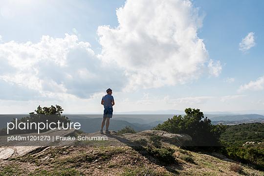 Mann auf Berg - p949m1201273 von Frauke Schumann