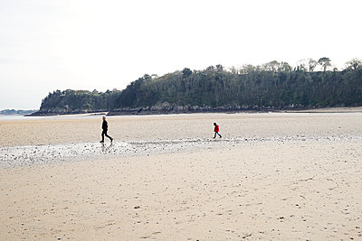 Walking at low tide - p1307m1497322 by Agnès Deschamps