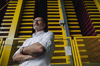 Portrait of a confident businessman in a factory - p300m2170450 by Kniel Synnatzschke
