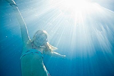 Mädchen unter Wasser - p713m2087656 von Florian Kresse