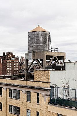 Wasserspeicher auf dem Dach - p1094m2057267 von Patrick Strattner