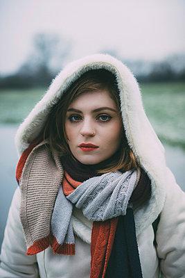 Junge Frau Close-Up - p1184m1120078 von brabanski