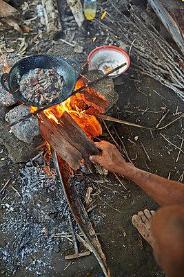 Pfanne mit Essen über Feuer - p390m958975 von Frank Herfort