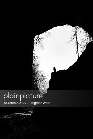 Frau am Höhlenausgang - p1455m2081772 von Ingmar Wein