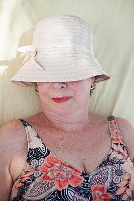 Lady im Urlaub - p045m1582740 von Jasmin Sander