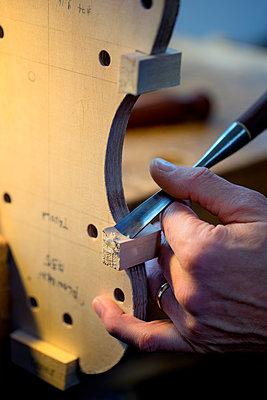 Geigenbauer arbeitet am Geigenboden - p1212m1203314 von harry + lidy