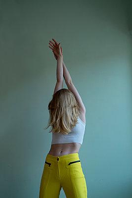 Blonde Frau tanzt - p427m2093177 von Ralf Mohr