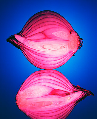 Halved Of Red Onions  - p847m1529169 by Mikael Andersson