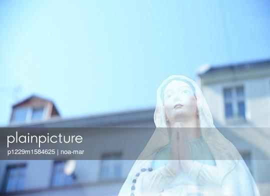 Madonna Skulptur Spiegelung - p1229m1584625 von noa-mar