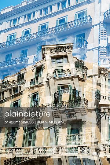 Fassade in Barcelona - p1423m1584096 von JUAN MOYANO