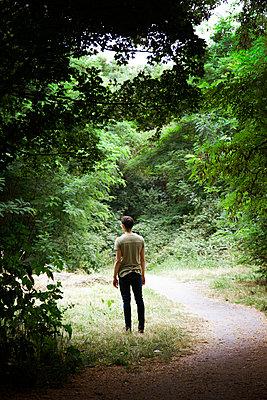 Mann steht auf einem Waldweg - p1248m1590740 von miguel sobreira